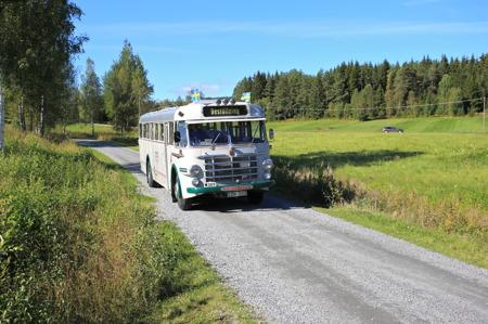Jörgen Stomberg kom med veteranbussen för att köra besökarna från hamnen i Östervallskog till Hembygdsgården.