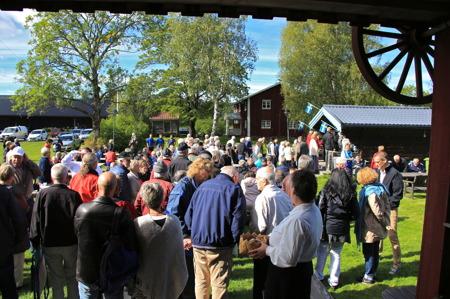 Folk samlades vid Hembygdsgården.