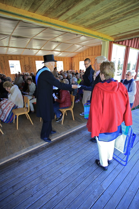 Kung Gustav V ( Per Nilsson ) hälsade besökarna välkomna till gudstjänsten och det historiska spelet på Hembygdsgården i Östervallskog.