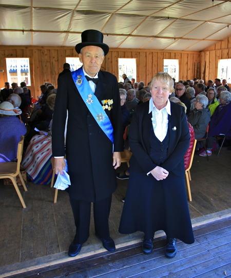 Kung Gustav V ( Per Nilsson ) och Harriet Nilsson.