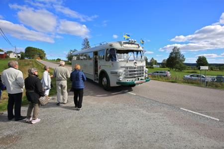 Efter gudstjänst, kaffe med klengås och historiskt spel på Hembygdsgården i Östervallskog, körde Jörgen Stomberg fram veteranbussen för att ta oss till Östervallskogs gästhamn där Storholmen väntade.