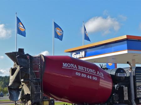 Mona Betong-chauffören tar en paus vid Gulf i Töcksfors, efter ytterligare en leverans av betong till skolbygget i Årjäng.