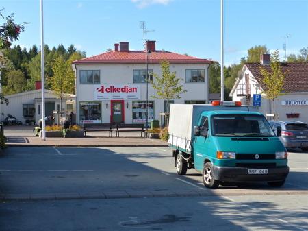 Personal från kommunen sköter om planteringarna i Töcksfors centrum.