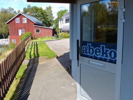 """Och så tvingas vi konstatera att """"Per på Elektriska"""" har stängt butiken för gott, och därmed försvann en populär mötesplats. Företaget abeko har flyttat in i lokalen."""