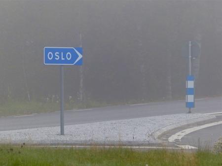 Skyltarna vittnar om att Töcksfors ligger centralt.
