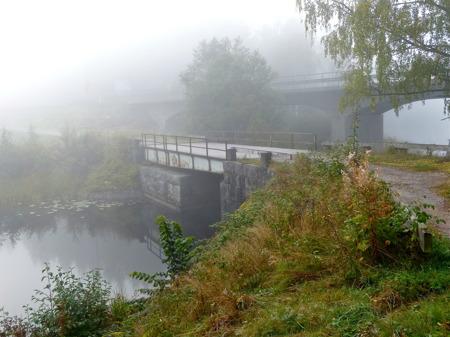 Jag går tillbaka mot centrala Töcksfors. Den 100 år gamla landsvägsbron väster om kyrkan borde få lite omtanke inför jubileumsåret 2015, då Kanalen Stora Lee - Östen fyller 100 år med stor fest.