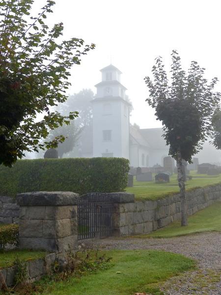 Töcksmarks kyrka insvept i morgondimma.
