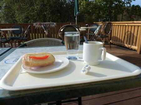 Kaffe och ostfralla på Kaffestugan i vanlig ordning.
