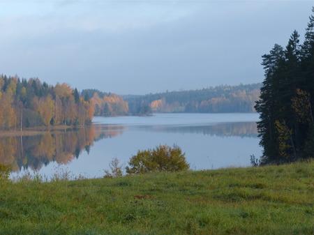 Hösten har lagt sin hand över sjön Töck.