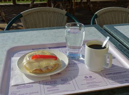 Och så blev det förmiddagskaffe på Kaffestugan i centrumhuset, utomhus i det fina höstvädret.