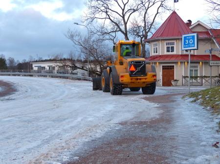 Isvintern gör att Töxfrakt måste skrapa is istället för snö.