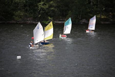 Seglarna i Jolle-klassen försöker att ligga så nära startlinjen som möjlligt, utan att komma över linjen för tidigt.