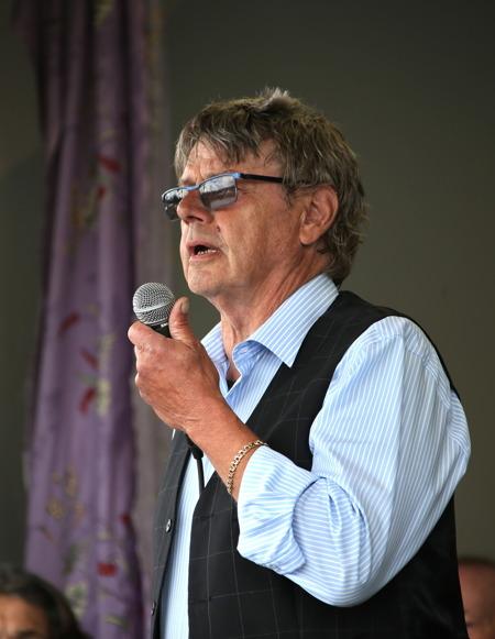 Sven Robertsson, orförande i Fornminnes-föreningen Nordmarksstugan, höll invigningstalet.