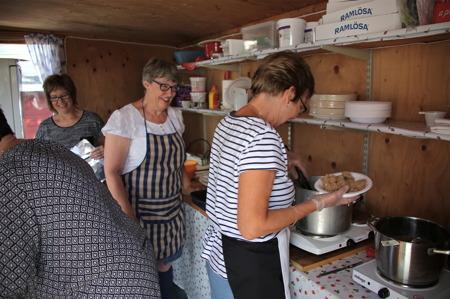 Damerna i Töcksfors IF stod som vanligt för serveringen av nävgröt med fläsk.