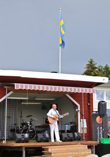 Trubaduren Åke Holt sjöng och spelade hela eftermiddagen.