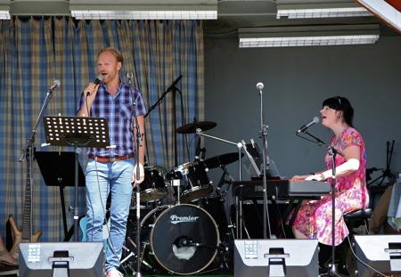 Tony Nilsson och Mathilda Röjdemo sjöng och spelade.