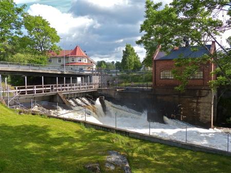 Forsen från sjön Töck med restaurang Waterside i bakgrunden.