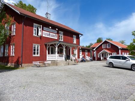 Turistgården hyr ut rum och campingstugor.
