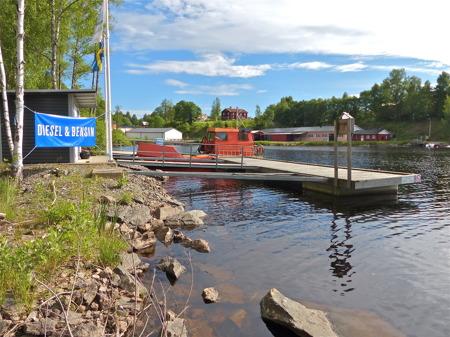 Vid nedre slussen i Töcksfors finns en sjömack för turistbåtstrafiken.