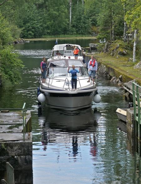 Slussning vid nedre slussen i Töcksfors, sluss 30 Dalslands Kanal.