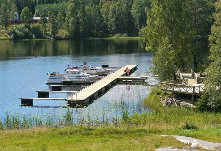 I kanalen mellan sluss 30 och 31 finns en gästbrygga i anslutning till Töcksfors Shoppingcenter.