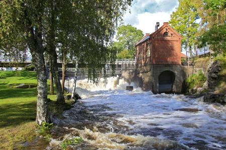 Vid övre slussområdet i Töcksfors finns den övre forsen med den gamla kraftstationen.