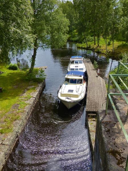 Under högsäsong ligger det ofta flera båtar vid väntbryggorna för att slussa upp till sjöarna ovanför Töcksfors.