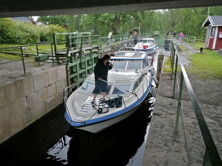 Slussning vid övre slussen i Töcksfors, sluss 31 Dalslands Kanal.