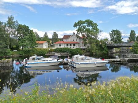 Vid kanalen ovanför övre slussen ligger den fina restaurangen Waterside, rekommenderad under många år i White Guide.
