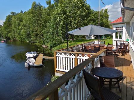 Restaurang Waterside vid kanalen i centrala Töcksfors - www.waterside.se