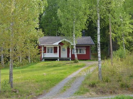 Vid Ulvviken öster om Töcksfors kan man hyra stugor.
