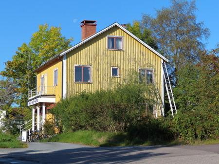 Gamla affärshuset vid Sveavägen, där det tidigare fanns en bok- och pappershandel, cykelaffär, utlämningsställe för mediciner och senast sport-, jakt- och fritidsaffär, får en ansiktslyftning.