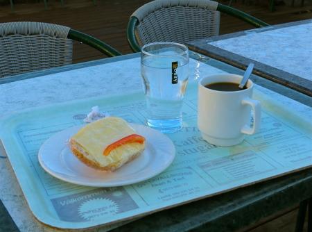 Kaffe med ostfralla på Kaffestugan.