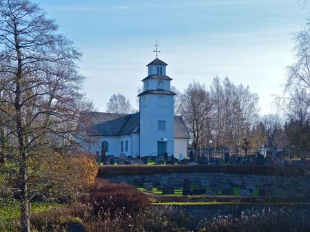 Töcksmarks kyrka, på lördag Alla Helgons Dag kommer hundratals ljuslyktor att lysa på kyrkogården.