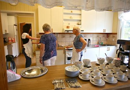 Lillemor, Berit och Astrid var igång tidigt på förmiddagen i församlingshemmets kök, för att servera kaffe, saft och våfflor i mängd.