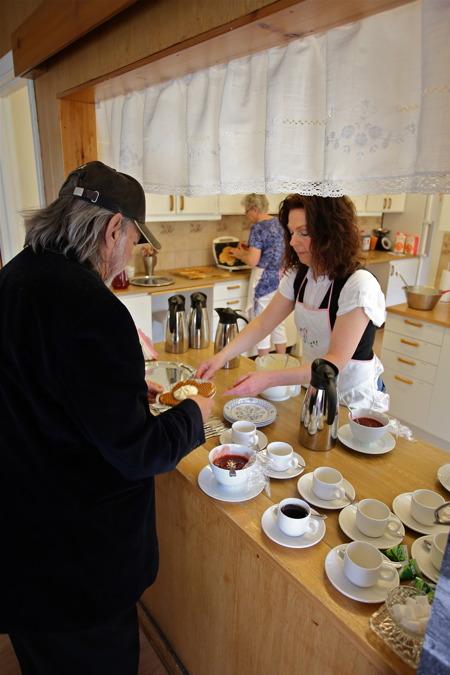 Lasse Svensson ville ha kaffe med våffla och det fixade Lillemor.