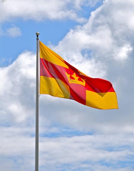 Svenska kyrkans flagga vajade i den svaga vinden.