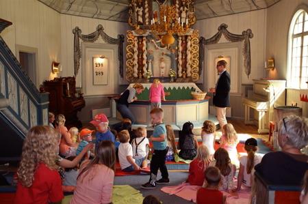 Sen fick barnen gå fram till altarringen för att se vad som är viktigast - där kunde de se sig själv i en spegel !