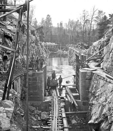 Arbetet med stensättning och montering av slussportarna fortskrider vid nedre slussen.