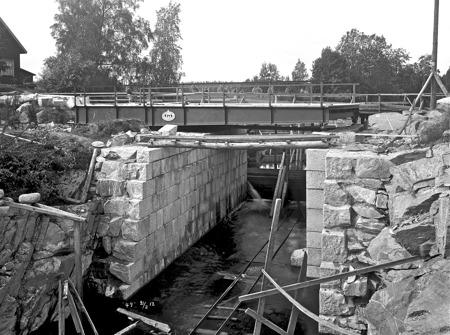 Den nya svängbron från Götaverken i Göteborg är på plats vid övre slussen.