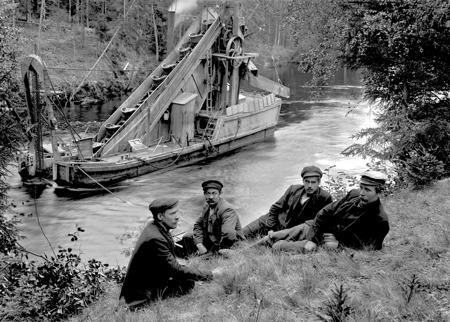 Muddring av kanalen vid Kyrkobyn i Östervallskog. Bilden togs 1912.