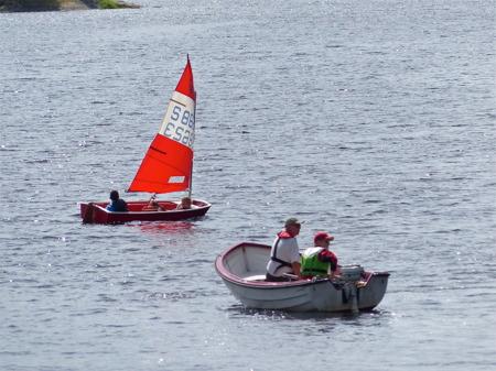 Följebåten finns till hands om något händer.