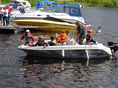 Följebåten kontrollerar att alla har kommit i hamn.