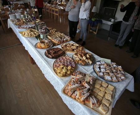 Syföreningen hade dukat upp ett magnifikt bord med många sorters kakor.