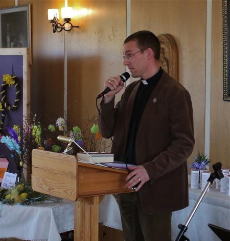 Församlingens Präst Nils Anshelm höll en kort andakt.