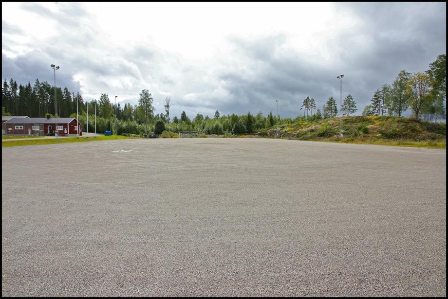 5 augusti 2016 - Här på Hagavallen skall kommunen anlägga en konstgräsplan. Berget till höger kommer att sprängas bort, för att ge plats för nya parkeringen.