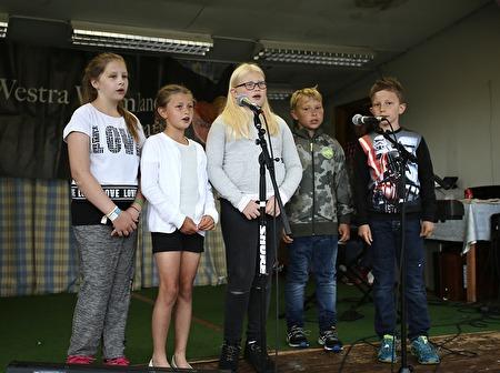 Klass 3 vid Töcksfors skola gav smakprov på deras egen show.