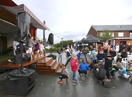 Lördagen på torget avslutades med godisregn.