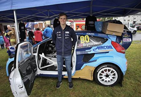Rallycrossföraren Thomas Bryntesson ställde upp sin Supercar vid torget för allmän beskådan.