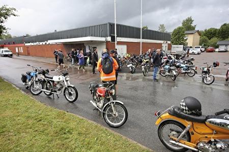 Deltagarna i mopedrallyt återvände till torget efter en blöt resa i regnet.